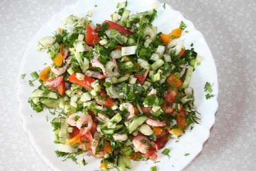 салат с креветками, сельдереем и специями